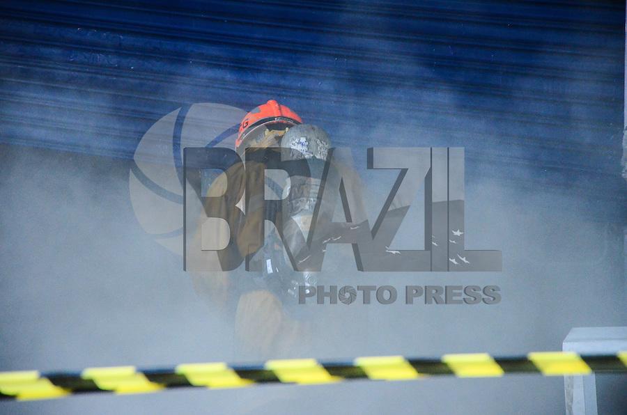RIO DE JANEIRO, RJ, 18 DE JUNHO DE 2013 -INCÊNDIO EM LOJA NO EDIFÍCIO MENEZES CÔRTES-RJ- Bombeiros controlam incêndio em loja no Edifício garagem Menezes Côrtes, na manhã desta terça-feira, 18 de junho, no centro do Rio de Janeiro.FOTO:MARCELO FONSECA/BRAZIL PHOTO PRESS
