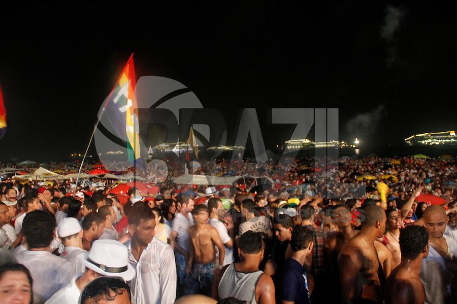 RIO DE JANEIRO, RJ, 31 DEZEMBRO 2011 - REVEILLON PRAIA DE COPACABANA -  Publico durante apresentacao do Rappa no show da Virada na praia de Copacabana no Rio de Janeiro, na noite deste sábado, 31. (FOTO: VANESSA CARVALHO - NEWS FREE).