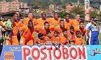 ENVIGADO -COLOMBIA-26-07-2014. Jugadores de Envigado FC disputa posa para una foto previo al encuentro con Deportes Tolima por la fecha 2 de la Liga Postobón II 2014 realizado en el Polideportivo Sur de la ciudad de Envigado./ Players of Envigado FC pose to a photo prior the match against Deportes Tolima for the second date of the Postobon League II 2014 at Polideportivo Sur in Envigado city.  Photo: VizzorImage/Luis Ríos/STR