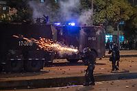 BOGOTA - COLOMBIA, 25-05-2021: Un miembro del ESMAD (Escuadrón Móvil Antidisturbios de la Policía) dispara gases lacrimógenos contra los manifestantes durante los disturbios en el sector de las Américas de la ciudad de Bogotá durante el día 28 del Paro Nacional en Colombia hoy, 25 de mayo de 2021, para protestar contra el gobierno de Ivan Duque además de la precaria situación social y económica que vive Colombia. El paro fue convocado por sindicatos, organizaciones sociales, estudiantes y la oposición. / A member of the ESMAD (Police Mobile Anti-Riot Squad) fires tear gas at the protesters during the riots at Portal Las Americas sector of the city of Bogota during the day 28 of the National strike in Colombia today, May 25, 2021, to protest against the government of Ivan Duque in addition to the precarious social and economic situation that Colombia is experiencing. The strike was called by unions, social organizations, students and the opposition in Colombia. Photo: VizzorImage / Diego Cuevas / Cont