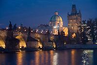 Europe/République Tchèque/Prague:Le Pont Charles  sur la  Vltava  et laTour  du Pont de la Vieille Ville - vue de nuit [Non destiné à un usage publicitaire - Not intended for an advertising use]