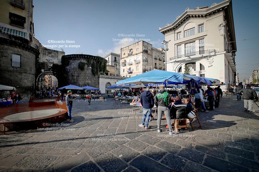 - NAPOLI 24 NOV 2014 - Corso Garibaldi mercato rom e nordafricani stazione Circumvesuviana e via Cesare Carmignano, nei pressi di Porta Nolana.