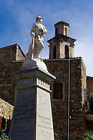 Kriegerdenkmal und Barockkirche in Montemaggiore in der Balagne, Korsika, Frankreich