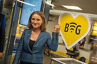 """Die Berliner Verkehrsbetriebe bauen ihr kostenloses WLAN-Angebot """"BVG Wi-Fi"""" aus.<br /> Dr. Sigrid Evelyn Nikutta, Vorstandsvorsitzende und Vorstand Betrieb der BVG, Dr. Matthias Kollatz-Ahnen, Finanzsenator und BVG-Aufsichtsratsvorsitzender, und Henner Bunde, Staatssekretaer in der Senatsverwaltung für Wirtschaft, Technologie und Forschung, stellten am 27. Juli 2016 im Bahnhof Zoo die Ausbauplaene vor. Fast 30 BVG-Bahnhoefe haben bislang kostenfreies WiFi, ein Projekt mit kostenfreiem WiFi in BVG-Bussen ist in der Testphase.<br /> Im Bild: Sigrid Evelyn Nikutta, BVG-Vorstandsvoritzende.<br /> 27.7.2016, Berlin<br /> Copyright: Christian-Ditsch.de<br /> [Inhaltsveraendernde Manipulation des Fotos nur nach ausdruecklicher Genehmigung des Fotografen. Vereinbarungen ueber Abtretung von Persoenlichkeitsrechten/Model Release der abgebildeten Person/Personen liegen nicht vor. NO MODEL RELEASE! Nur fuer Redaktionelle Zwecke. Don't publish without copyright Christian-Ditsch.de, Veroeffentlichung nur mit Fotografennennung, sowie gegen Honorar, MwSt. und Beleg. Konto: I N G - D i B a, IBAN DE58500105175400192269, BIC INGDDEFFXXX, Kontakt: post@christian-ditsch.de<br /> Bei der Bearbeitung der Dateiinformationen darf die Urheberkennzeichnung in den EXIF- und  IPTC-Daten nicht entfernt werden, diese sind in digitalen Medien nach §95c UrhG rechtlich geschuetzt. Der Urhebervermerk wird gemaess §13 UrhG verlangt.]"""