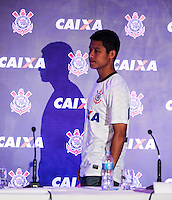 ATENCAO EDITOR FOTO EMBARGADA PARA VEICULO INTERNACIONAL - APRESENTACAO DE PATROCINADOR  CORINTHIANS - Presidente do O jogador Zizao durante apresentacao na manha desta terça-feira no Museu do Futebol os novos uniformes que o Corinthians passará a usar a partir do jogo contra o Santos, neste sabado (24), no estadio do Pacaembu com novo patrocinador que fechou contrato ate dezembro de 2014, a Caixa Economica Federal estampara a camisa do Corinthians durante o Mundial de Clubes da FIFA, no Japao, em dezembro. FOTO: WILLIAM VOLCOV - BRAZIL PHOTO PRESS.