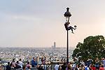 Europa, Frankreich, France, Paris, Montmartre, [Sacre Coeur Suare Louise Michel Garten], Fussballkuenstler, Fussballartist, Strassenkunst, Strassenkuenstler, 07.09.2014