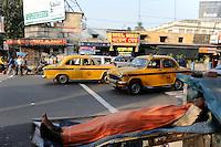 INDIA Westbengal Calcutta Kolkata, homeless people at Elgin Road and Ambassador Taxi / INDIEN Westbengalen Megacity Kalkutta, obdachlose Menschen schlafen am Strassenrand der  Elgin Road, im Hintergrund fahren gelbe Ambassador Taxis