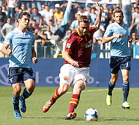 Calcio, Serie A: Roma vs Lazio. Roma, stadio Olimpico, 22 settembre 2013.<br /> AS Roma midfielder Daniele De Rossi, center, in action past Lazio midfielders Hernanes, of Brazil, left, and midfielder Senad Lulic, of Bosnia, during the Italian Serie A football match between AS Roma and Lazio, at Rome's Olympic stadium, 22 September 2013.<br /> UPDATE IMAGES PRESS/Riccardo De Luca