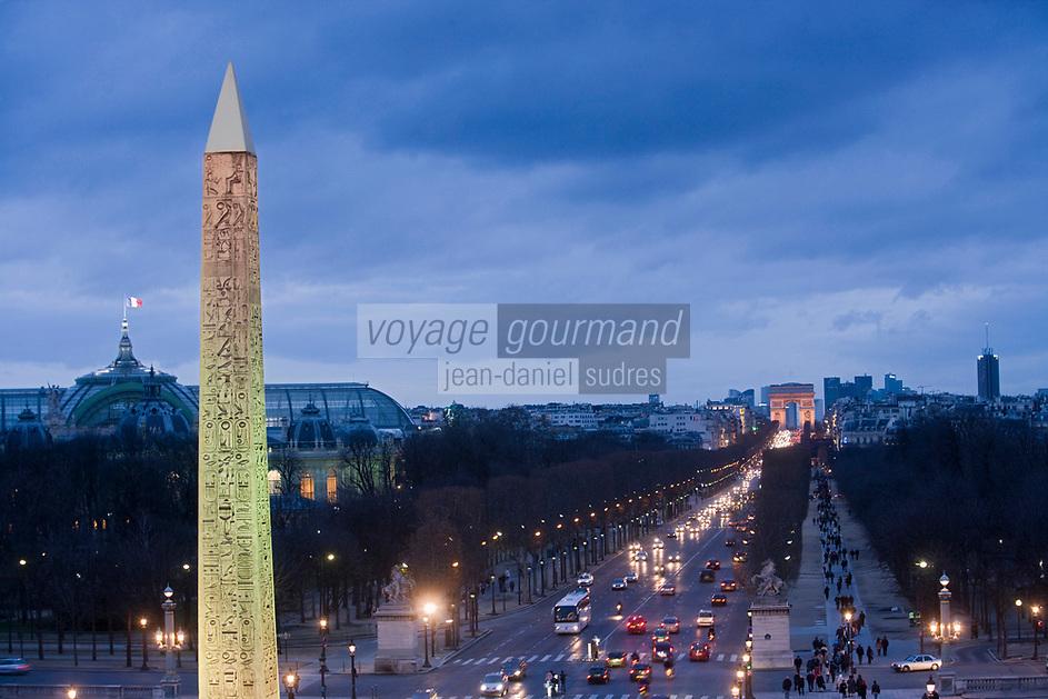 Europe/France/Ile-de-France/75008/Paris: Les Champs Elysées et l' Arc de Triomphe, au premier plan l' Obélisque de Louqsor // Europe / France / Ile-de-France / 75008 / Paris: The Champs Elysées and the Arc de Triomphe, in the foreground the Obelisk of Louqsor
