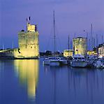 France, Poitou-Charentes, Charente-Maritime, La Rochelle: Vieux Port (The Old Harbour), with Tour St. Nicolas and Tour de la Chaine at night | Frankreich, Poitou-Charentes, Charente-Maritime, La Rochelle: Vieux Port (der alte Hafen), Hafenportal mit Tour St. Nicolas und Tour de la Chaine am Abend
