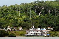 Príncipe Charles e a governadora Ana Júlia Carepa na comunidade do Maguari após passeio de barco na região Amazônica.<br /> Belterra, Pará, Brasil<br /> 14/03/2009<br /> Foto Paulo Santos