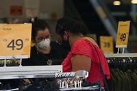 Campinas (SP),  06/05/2021 - Comércio-SP - Movimentação no calçadão da 13 de Maio no centro de Campinas, interior de São Paulo, nesta quinta-feira (06), onde comerciantes expõe as vitrines voltadas para as vendas do Dia das Mães.