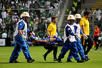 PALMIRA -COLOMBIA-24-02-2016. Un jugador de Boca es retirado del campo despueés de lesionarse durante el encuentro entre Deportivo Cali (COL) y Boca Juniors (ARG) por la fecha 1, G3, de la Copa Bridgestone Libertadores 2016 jugado en el estadio Palmaseca de la ciudad de Palmira./ A player of Boca leaves the fiel injured during the match between Deportivo Cali (COL) and Boca Juniors (ARG) for the date 1, G3, of the Copa Bridgestone Libertadores 2016 played at Palmaseca stadium in Palmira city.  Photo: VizzorImage/ NR /Cont