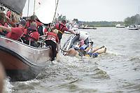 ZEILSPORT: TERHERNE: 08-08-2018, SKS Skûtsjesilen, rubberbootje overvaren door skûtsje van Drachten, ©foto Martin de Jong
