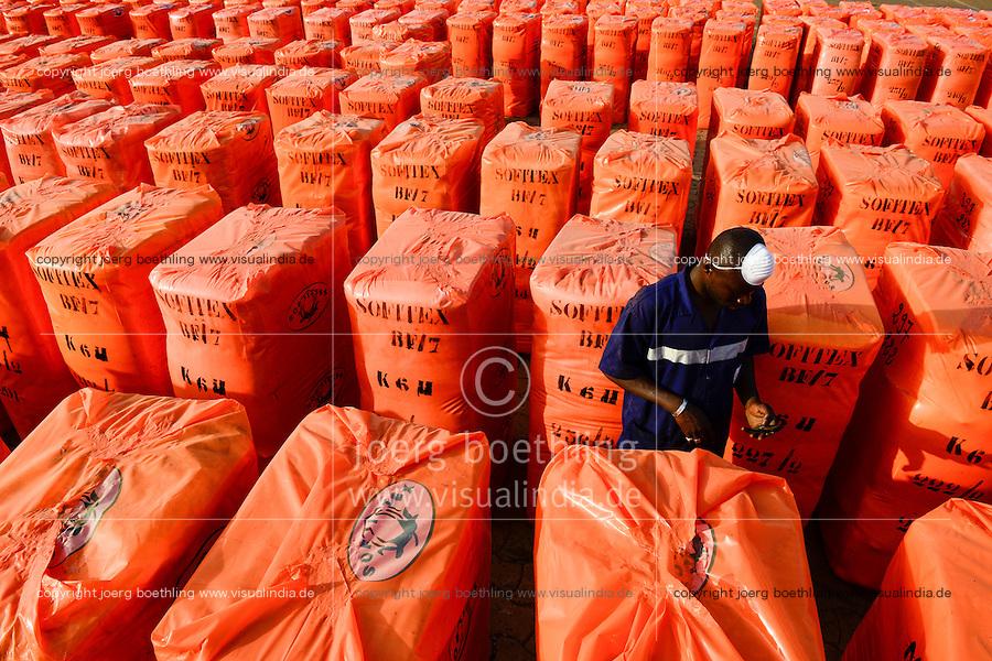 BURKINA FASO , Bobo Dioulasso, Société Burkinabè des Fibres Textiles SOFITEX cotton ginning company unit Bobo III, processing of conventional and gene manipulated Monsanto BT cotton, bales are ready for Export wrapped in orange plastic cover / SOFITEX, Fabrik fuer Baumwollentkernung Werk Bobo III, Verarbeitung von konventioneller und genmanipulierter Monsanto Baumwolle, Ballen in Plastikfolie fertig fuer den Export