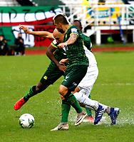 MANIZALES-COLOMBIA, 28-01-2020: Andrés Correa de Once Caldas y Jhon Freddy Pérez de Atlético Bucaramanga disputan el balón, durante partido de la fecha 2 entre Once Caldas y Atlético Bucaramanga, por la Liga BetPlay DIMAYOR I 2020, jugado en el estadio Palogrande de la ciudad de Manizales. / Andres Correa of Once Caldas and Jhon Freddy Perez of Atletico Bucaramanga vies for the ball, during match of 2nd date between Once Caldas and Atletico Bucaramanga, for the BetPlay DIMAYOR Leguaje I 2020 played at the Palogrande Stadium in Manizales city. / Photo: VizzorImage / Santiago Osorio / Cont.