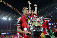 25.05.2013, Wembley Stadion, London, ENG, UEFA Champions League, FC Bayern Muenchen vs Borussia Dortmund, Finale, im Bild Xherdan SHAQIRI (FC Bayern Muenchen - 11) mit Pokal, Siegerpokal, Henkelpott, neben ihm Anatoliy TYMOSHCHUK (FC Bayern Muenchen - 44) // during the UEFA Champions League final match between FC Bayern Munich and Borussia Dortmund at the Wembley Stadion, London, United Kingdom on 2013/05/25. EXPA Pictures © 2013, PhotoCredit: EXPA/ Eibner/ Gerry Schmit<br /> <br /> ***** ATTENTION - OUT OF GER ***** <br /> 25/5/2013 Wembley<br /> Football 2012/2013 Champions League<br /> Finale <br /> Borussia Dortmund Vs Bayern Monaco <br /> Foto Insidefoto