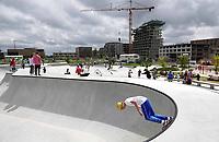 Nederland  Amsterdam 2020.  Op het Zeeburgereiland in Oost is het grootste betonnen skatepark van Nederland geopend.  Het idee voor een skatepark op deze plek kwam van Stan Postmus van Skatemates. In 2015 kreeg het voorstel groen licht voor ontwikkeling van het gemeentebestuur. Het Deense bureau Glifberg+Lykke is vervolgens aan de slag gegaan met het ontwerp van de baan. Voor de aankleding van de baan ontwierpen Arno Coenen en Iris Roskam een speciaal tegeltableau.   Foto  ANP / Hollandse Hoogte / Berlinda van Dam