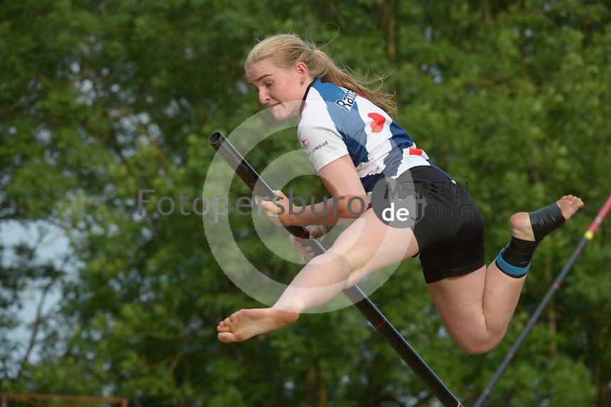 FIERLJEPPEN: GRIJPSKERK: 14-07-202, 1e klasse fierljeppen, Hanneke Westert, ©foto Martin de Jong
