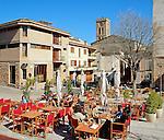 Spain, Mallorca, Pollenca (Pollensa): Cafe Scene in Old Town | Spanien, Mallorca, Pollenca (Pollensa): Cafe in der Altstadt