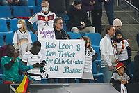 Fans hoffen auf ein Trikot von Leon Goretzka (Deutschland Germany) - Hamburg 08.10.2021: Deutschland vs. Rumänien, Volksparkstadion Hamburg