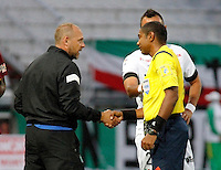 MANIZALES - COLOMBIA, 28-11-2015: Javier Torrente técnico de Once Caldas saluda a Imer Machado, arbitro, durante partido contra Uniautónoma por la fecha 20 de la Liga Águila II 2015 jugado en el estadio Palogrande de la ciudad de Manizales./ Javier Torrente coach of Once Caldas shakes hands with Imer Machado, referee, during first leg match against Deportes Tolima of the finals quadrangular of the Aguila League II 2015 played at Palogrande stadium in Manizales city. Photo: VizzorImage / Santiago Osorio /