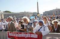 Suore Missionarie della Carita' in Piazza San Pietro durante la messa celebrata da Papa Francesco per la canonizzazione di Madre Teresa di Calcutta, Citta' del Vaticano, 4 settembre 2016.<br /> Faithful in St. Peter's Square on the occasion of a mass celebrated by Pope Francis for the canonization of Mother Teresa, at the Vatican, 4 September 2016.<br /> <br /> UPDATE IMAGES PRESS/Riccardo De Luca<br /> STRICTLY ONLY FOR EDITORIAL USE