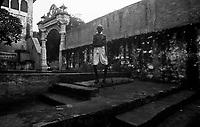 11.2010 Pushkar (Rajasthan)<br /> <br /> Man walking around the lake during the pilgrimage of kartik purnima.<br /> <br /> Homme marchant autour du lac pendant le pèlerinage de kartik purnima.