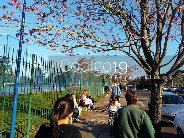 PORTO ALEGRE, RS, 22/08/2020 - CLIMA - TEMPO -  Apesar do Parque Germânia fechado devido à pandemia, populares aproveitam o final de tarde, após um dia de sol, em Porto Alegre, neste sábado (22).
