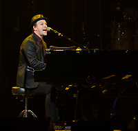 SUNRISE, FL - JANUARY 07: Gavin DeGraw performs at BB&T Center on January 7, 2014 in Sunrise, Florida.  <br /> <br /> People:  Gavin DeGraw