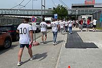 Deutsche Fans am Ticketabholschalter bei der EURO2020 in München<br /> - Muenchen 19.06.2021: Deutschland vs. Portugal, Allianz Arena Muenchen, Euro2020, emonline, emspor, <br /> <br /> Foto: Marc Schueler/Sportpics.de<br /> Nur für journalistische Zwecke. Only for editorial use. (DFL/DFB REGULATIONS PROHIBIT ANY USE OF PHOTOGRAPHS as IMAGE SEQUENCES and/or QUASI-VIDEO)