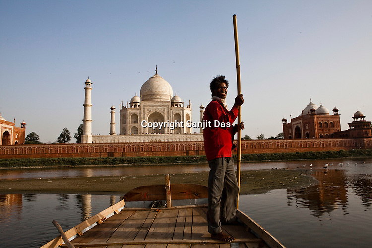 A boatman rows in the Yamuna river against the backdrop of the 17th century Mughal-built Taj Mahal mausoleum in Agra, Uttar Pradesh in India. Photo: Sanjit Das/Panos pour Le Point