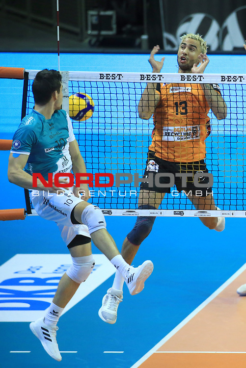 17.10.2020, Max Schmeling Halle, Berlin, GER, 1.VBL, BR VOLLEYS VS. SWD powervolleys Dueren, <br /> im Bild Benjamin Patch (BR Volleys #13), Tobias Brand (Dueren #10)<br /> <br />    <br /> Foto © nordphoto /  Engler