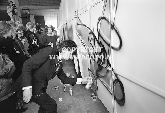 ARCHIEF<br /> Arnhem, 130390<br /> Herman Brood schildert een stadsbus.<br /> Foto: APA Foto