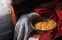 """Europe/France/Aquitaine/40/Landes/Parc Naturel Régional des Landes de Gascogne/Marquèze (écomusée de la Grande Lande): La pâte du pastis """"Bourrit"""" ou """"landais"""" lève sous l'édredon  Stylisme Valérie Lhomme"""