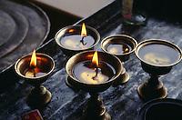 Butterlampen im im Kloster Phyang, Ladakh (Jammu+Kashmir), Indien.