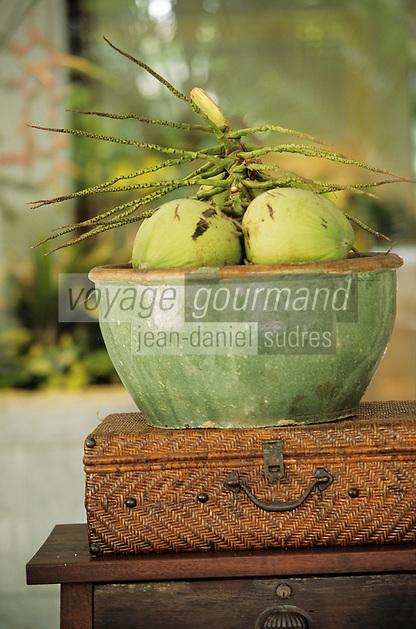 """Thaïlande/Bangkok: Détail de la décoration d'une terrasse de l'hôtel """"Marriott"""" - Noix de coco"""