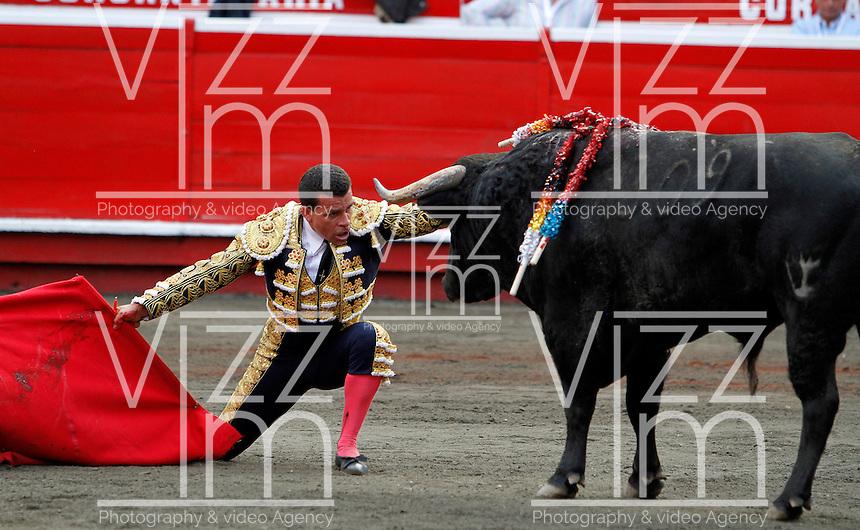 MANIZALES-COLOMBIA. 06-01-2016: Sebastian Vargas, lidiando a Rosquetero de 456kg de la ganadería Mondoñedo durante la segunda corrida como parte de la versión número 60 de La Feria de Manizales 2016 que se lleva a cabo entre el 2 y el 10 de enero de 2016 en la ciudad de Manizales, Colombia. / The bullfighter Sebastian Vargas, struggling to Rosquetero de 456kg during the second bullfight as part of the 60th version of Manizales Fair 2016 takes place between 2 and 10 January 2016 in the city of Manizales, Colombia. Photo: VizzorImage / Santiago Osorio / Cont
