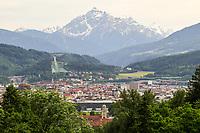 Blick auf Innsbruck mit der Berg Isel Schanze - Innsbruck 03.06.2021: Alpenzoo