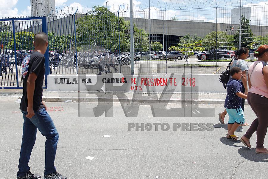 SÃO PAULO,SP, 17.02.2016 - PROTESTO-SP - Muro é pixado, durante ato dos grupos contrarios e a favor do ex-presidente Lula, em frente ao fórum criminal da Barra Funda, zona oeste de São Paulo, nesta quarta-feira, 17. (Foto: Douglas Pingituro/Brazil Photo Press)