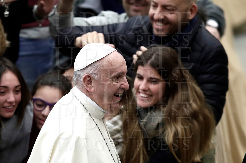 Papa Francesco arriva all'Udienza Generale del mercoledi' in aula Paolo VI in Vaticano, 3 gennaio 2018.<br /> Pope Francis arrives to lead his weekly general audience in Paul VI Hall at the Vatican, on January 3, 2018.<br /> UPDATE IMAGES PRESS/Isabella Bonotto<br /> <br /> STRICTLY ONLY FOR EDITORIAL USE
