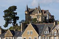 Europe/France/Bretagne/35/Ille et Vilaine/Cancale: Vieilles demeures dominant le port // France, Ille et Vilaine, cote d'emeraude (Emerald Coast), Cancale, Old houses overlooking the harbor