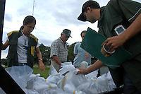 "Fiscais do Ibama examinam sacos contando peixes para exportaÁ""o em busca de espÈcimes proibidos no aeroporto da cidade.Altamira, Par·, Brasil.14/02/2006.Fotos Paulo Santos/Interfoto"