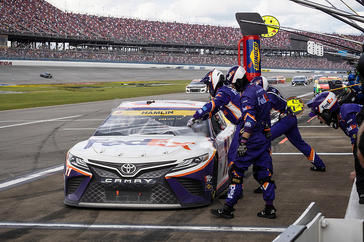 #11: Denny Hamlin, Joe Gibbs Racing, Toyota Camry FedEx Express pit stop