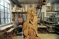 - Milano, Antica Fornace Curti, artigianato del cotto, l'artista Anne Alexandra Bacchetta con una scultura destinata al castello Le Cailloux di Fertreve, in Francia<br /> <br /> - Milan, Ancient Fornace Curti, terracotta craftsmanship, the artist Anne Alexandra Bacchetta with a sculpture made for the castle Le Cailloux in Fertreve, France