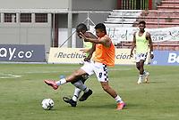 RIONEGRO - COLOMBIA, 11-04-2021: Jugadores de Chicó calientan previo al partido por la fecha 18 entre Águilas Doradas Rionegro y Boyacá Chicó F.C. como parte de la Liga BetPlay DIMAYOR I 2021 jugado en el estadio Alberto Grisales de la ciudad de Rionegro. / Players of Chico warm up prior a match for the date 18 between Aguilas Doradas Rionegro and Boyaca Chico F.C. as part BetPlay DIMAYOR League I 2021 played at Alberto Grisales stadium in Rionegro city. Photo: VizzorImage / Juan Agusto Cardona / Cont