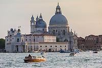 Italie, Vénétie, Venise:   Pointe de la Douane et église   Santa Maria della Salute.  // Italy, Veneto, Venice:  Punta della Dogana before the Santa Maria della Salute.