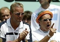 20030606, Paris, Tennis, Roland Garros,  Coach Nick Carr en bondscoach Tjerk Bogtstra peppen Verkerk op