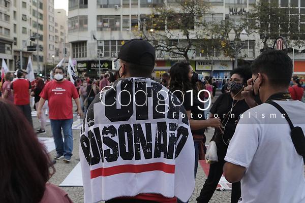 Campinas (SP), 18/08/2021 - Ato contra PEC 32 - Em todo Brasil, trabalhadores se unem na luta contra PEC 32, por direitos e emprego. Na cidade de Campinas, interior de Sao Paulo, houve protestos no Dia de Luta e Mobilizacoes, em apoio a greve dos servidores contra a reforma Administrativa, na noite desta quarta-feira (18) no Largo do Rosario.. Foto: Denny Cesare/Codigo 19 (Foto: Denny Cesare/Codigo 19/Codigo 19)