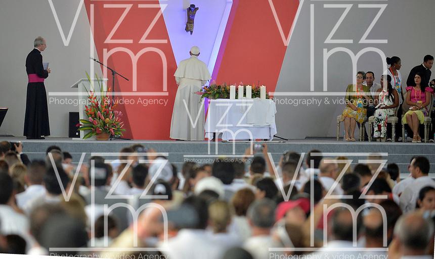 VILLAVICENCIO - COLOMBIA, 08-09-2017:  Papa Francisco hace un homenaje al Cristo negro de Bojayá durante la Oración por la Reconciliación Nacional en el parque Las malocas de Villavicecio. Allí compartió con las víctimas del conflicto armado en Colombia. El Papa Francisco realiza la visita apostólica a Colombia entre el 6 y el 11 de septiembre de 2017 llevando su mensaje de paz y reconciliación por 4 ciudades: Bogotá, Villavicencio, Medellín y Cartagena. / Pope Francismakes a tribute to Black Christ of Bojaya during Prayer for the National Reconciliation at Las Malikas park in Villavicencio. There he shares with the victims of the war in Colombia Pope Francisco made the apostolic visit to Colombia between September 6 and 11, 2017, bringing his message of peace and reconciliation to 4 cities: Bogota, Villavicencio, Medellin and Cartagena Photo: VizzorImage / Cristian Alvarez / Cont
